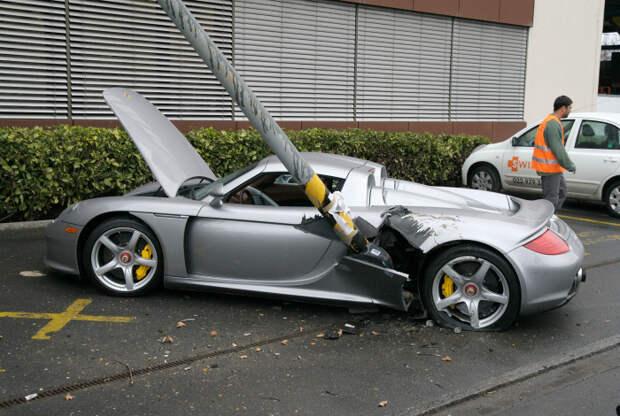 Кажется, кто-то припарковался в черной полосе! | Фото: CarsForum.