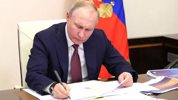 Путин утвердил законы об ужесточении наказания за реабилитацию нацизма