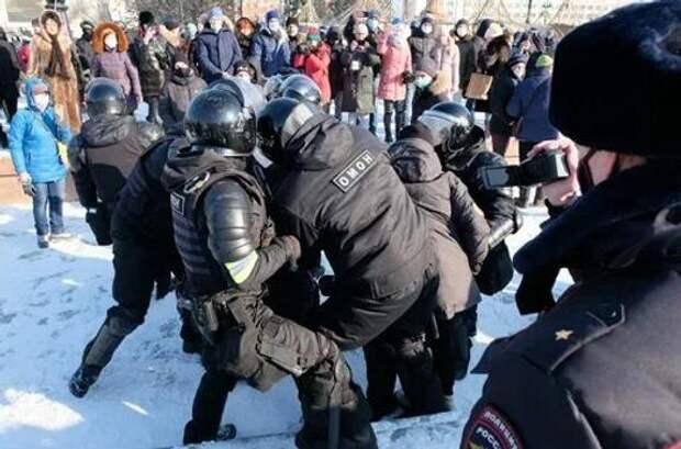 Первые акции протеста прошли на Дальнем Востоке - силовики начали действовать жестко
