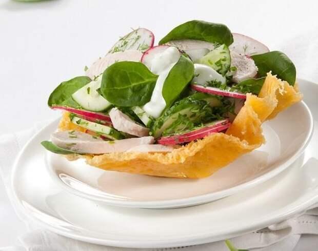 салат с редисом на тарелке