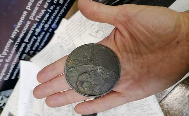 Раритетную медаль нашел в песочнице ребенок из Новосибирска