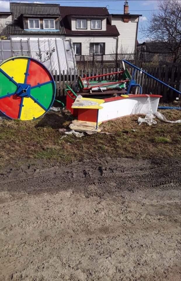 В тюменской деревне оплаченные из бюджета детские горки уже год лежат в грязи (фото)