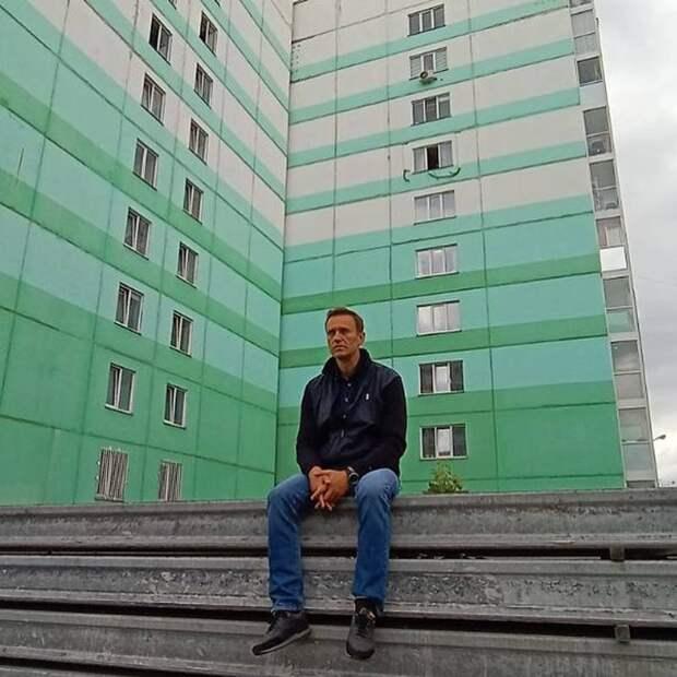 «Его не выпускают на лечение в ФРГ, чтобы скрыть яд»: соратники Навального в соцсетях