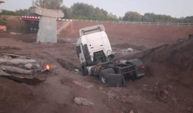 Нефтевоз натрассе Оренбург-Уфа снёс бетонные блоки ограждений иулетел вкювет