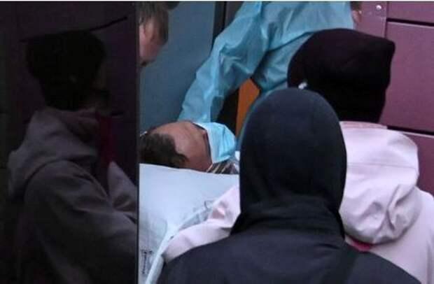 Алексея Навального транспортируют из больницы Омска в самолет, который доставит его в Германию. Омск, Россия. 22 августа 2020 года. REUTERS/Alexey Malgavko