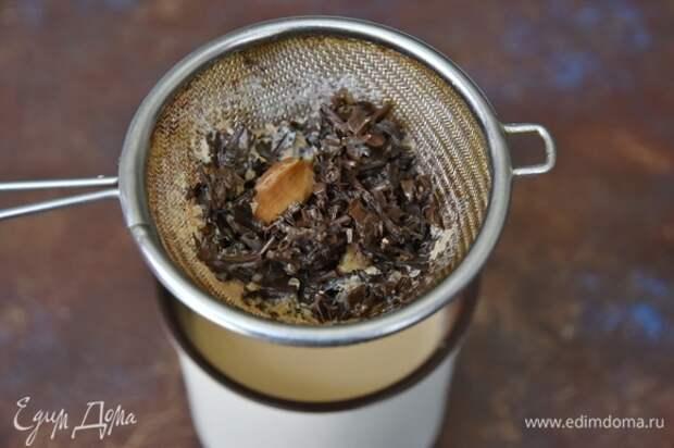 Затем чай процедить через сито и разлить по бокалам. По вкусу добавить в чай мед или сахар. Сверху посыпать щепоткой шафрана.