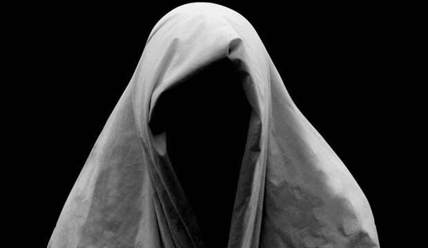 Черный «призрак в хиджабе» ужаснул девушку