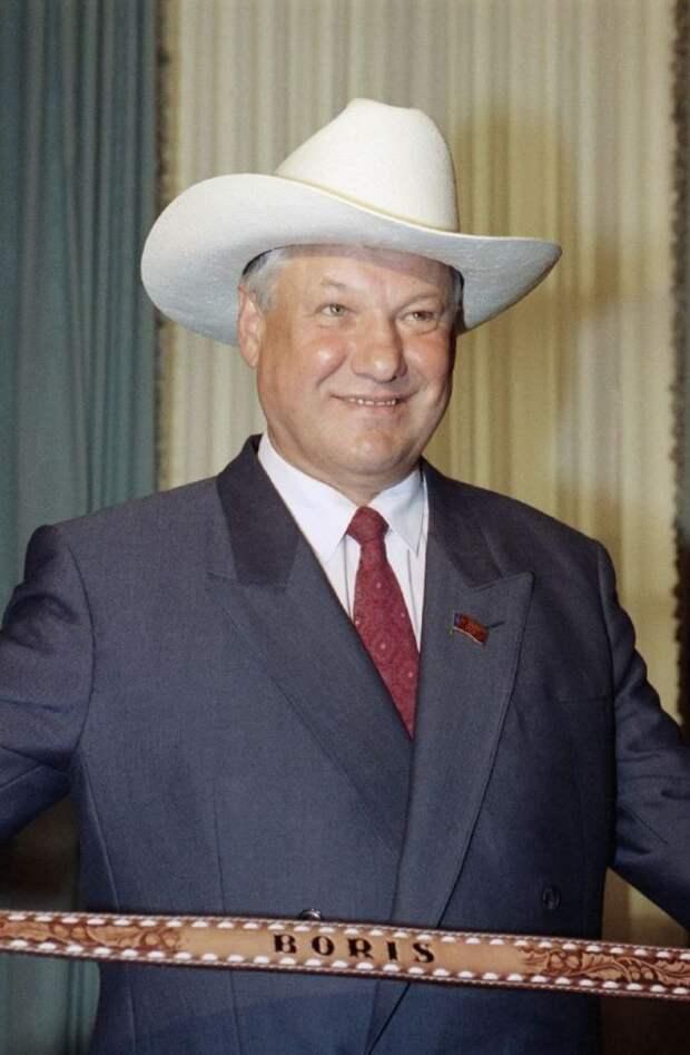 1991. Президент России Борис Ельцин в ковбойской шляпе во время визита в Вашингтон 19 июня