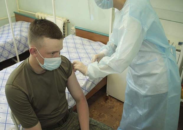 Молодые люди, призванные на службу весной и не привившиеся от коронавируса, смогут пройти вакцинацию по прибытии в воинскую часть