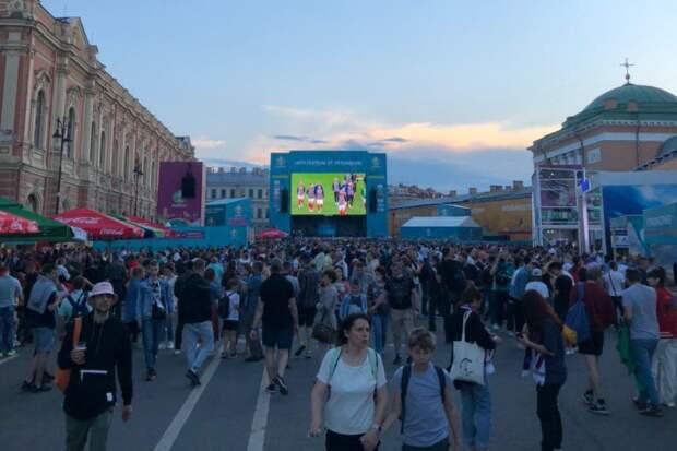 В фан-зоне в «Никольских рядах» отменили трансляцию матча Евро-2020. Площадка на Конюшенной полностью заполнена