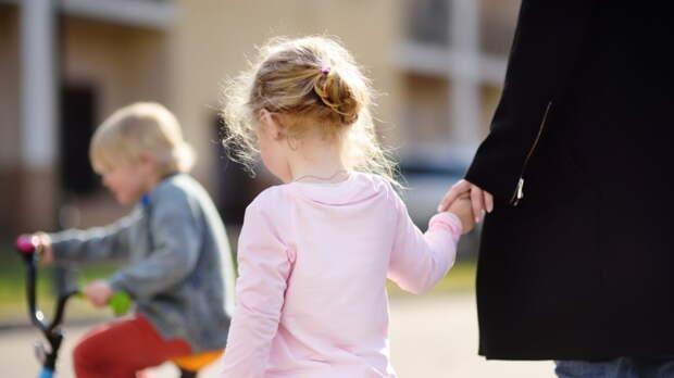 Порядок введения дополнительного выходного для женщин с детьми пояснили в Совфеде