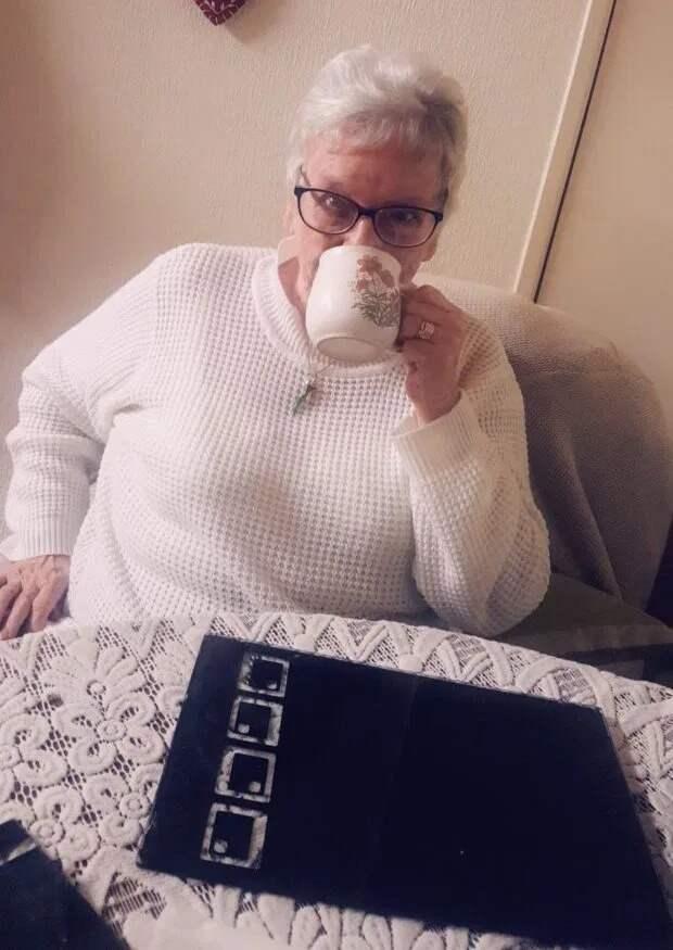 Пикантная ошибка: бабуля случайно купила 30 пачек презервативов вместо чая, забыв очки
