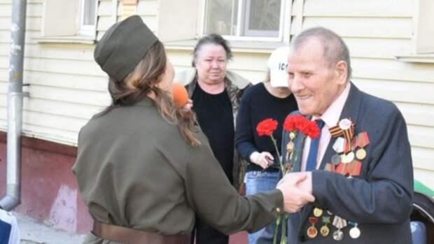 В Барнауле концертные бригады поздравили ветеранов с Днём Победы во дворах
