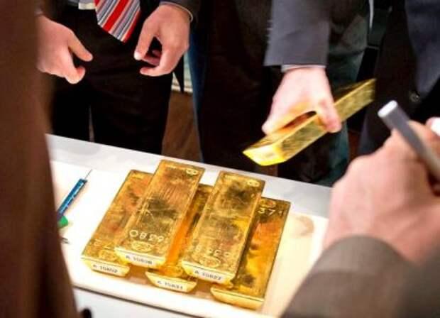 Государство перешло к распродаже золота: что делать россиянам