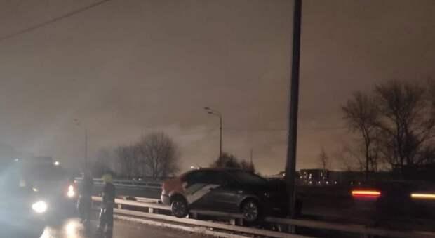 Водитель каршеринга на Волоколамке не справился с управлением и влетел в отбойник