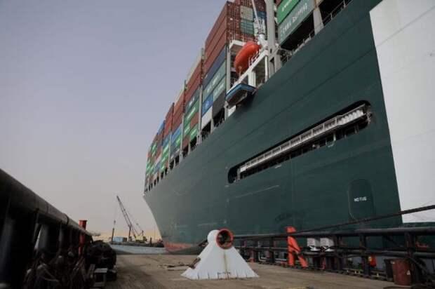 Египетский суд продлил арест контейнеровоза Ever Given