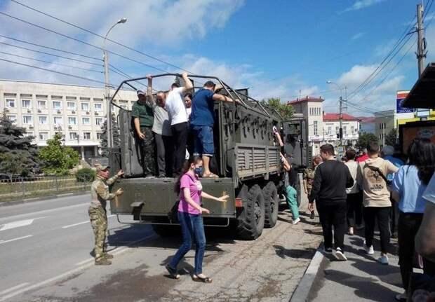 Военные развозят жителей Керчи по затопленным улицам города