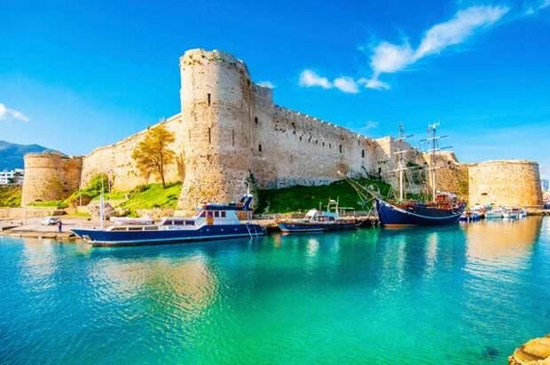 Кипр будет пускать вакцинированных туристов без теста на коронавирус