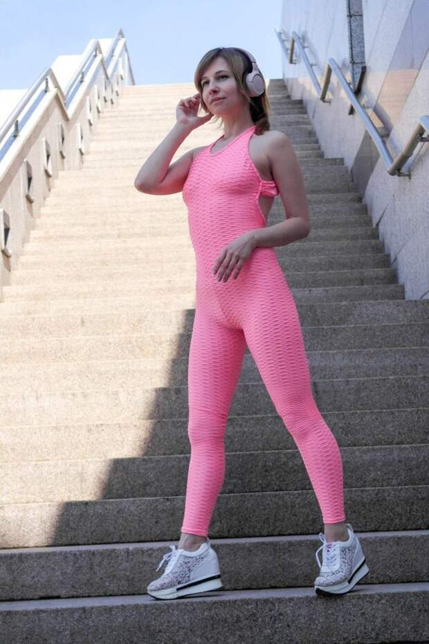 девушка в розовом костюме на ступеньках