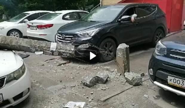 ВРостове мусоровоз свалил бетонный столб, который упал наприпаркованные машины