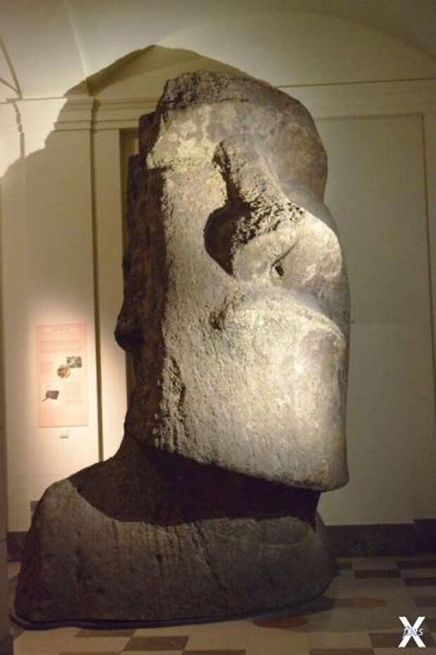 Каменный истукан-моаи с острова Пасхи...