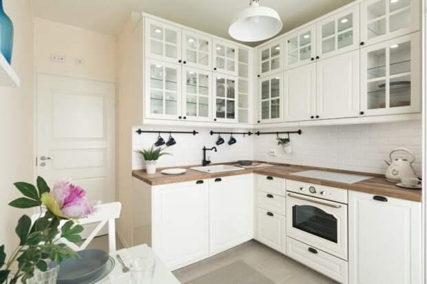 кухня в классическом стиле с деревянной столешницей