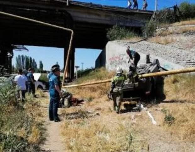 Два автомобиля слетели с моста в Крыму