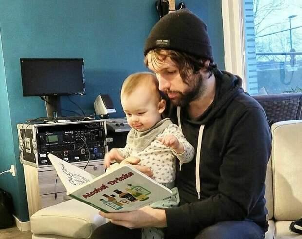 Обожаю, когда папа мне читает книжки с картинками!