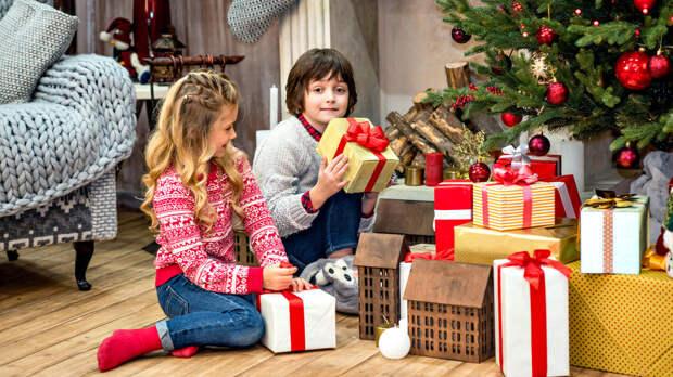 Брелоки и носки: россияне назвали худшие новогодние подарки