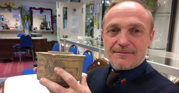«Да явнего щетки ставил!»: британец узнал, что его горшок сделан древней цивилизацией