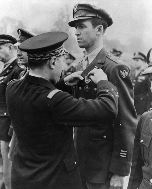 Полковник Джеймс Стюарт награждается Французским Военным Крестом, февраль 1945 г.