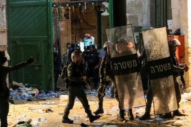 СМИ: 520 палестинцев пострадали входе беспорядков вВосточном Иерусалиме