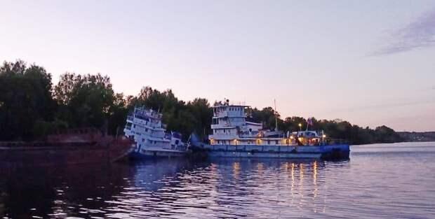 В Нижегородской области нефть разлилась по Волге из-за удара судна об дамбу