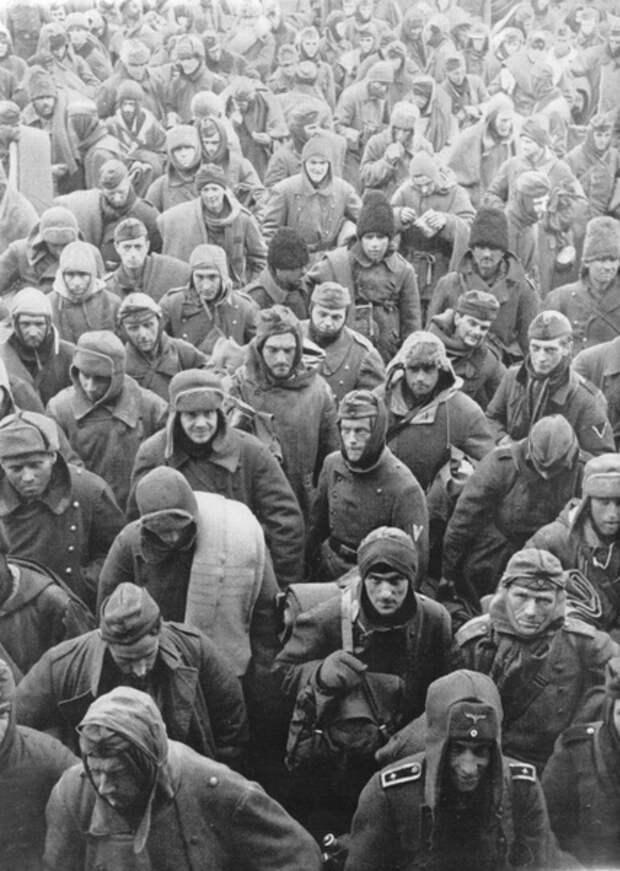 Колонна пленных немцев, румын и итальянцев в Сталинграде