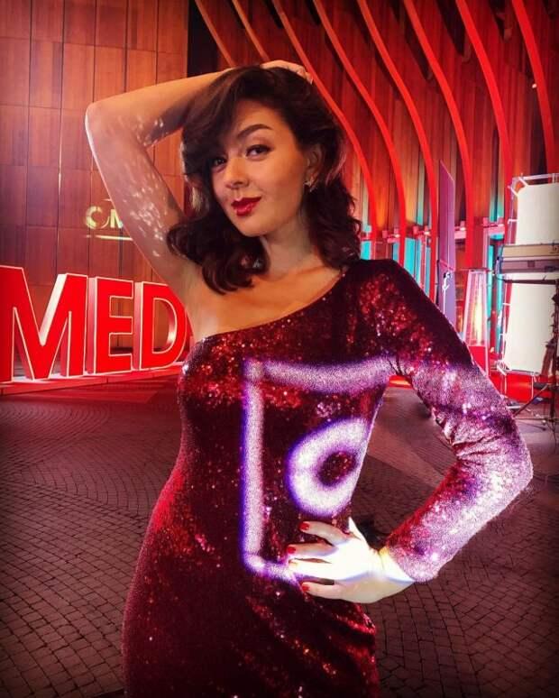 Марина Кравец - самая смешная женщина российского телевидения в красном платье на Comedy Club