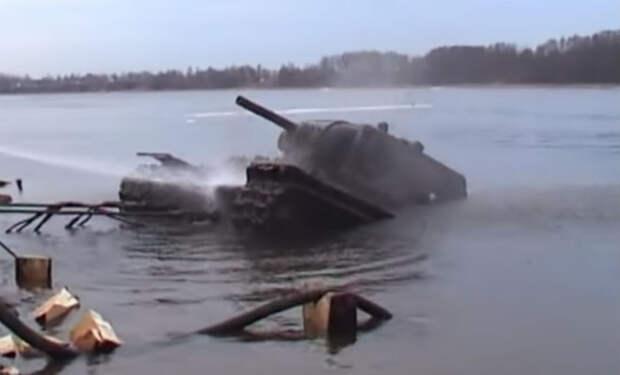 Водолазы заметили пушку в слое ила: танк лежал на дне 70 лет