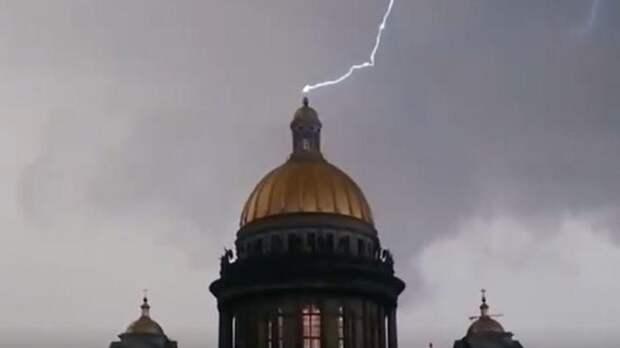 Во время грозы молния ударила в крест Исаакиевского собора — видео