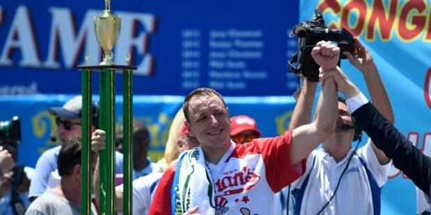 Джои Джевс - чемпион по поеданию хот-догов