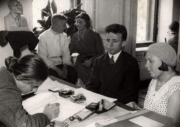 «Красная свадьба»: почему в первые годы советской власти было запрещено носить обручальные кольца