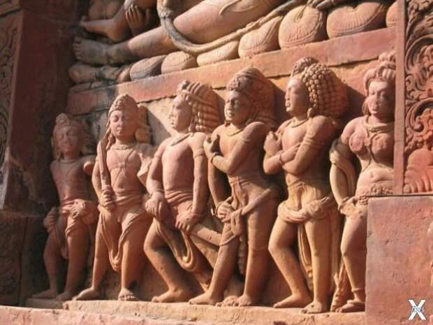 Драупади вместе со своими пятью мужья...