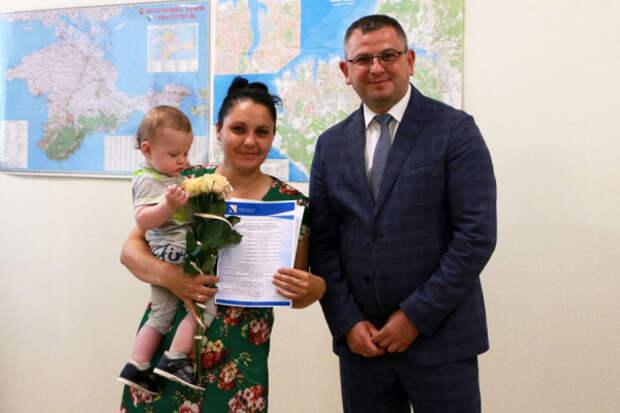 В Севастополе вручили сертификаты многодетным семьям на улучшение жилищных условий