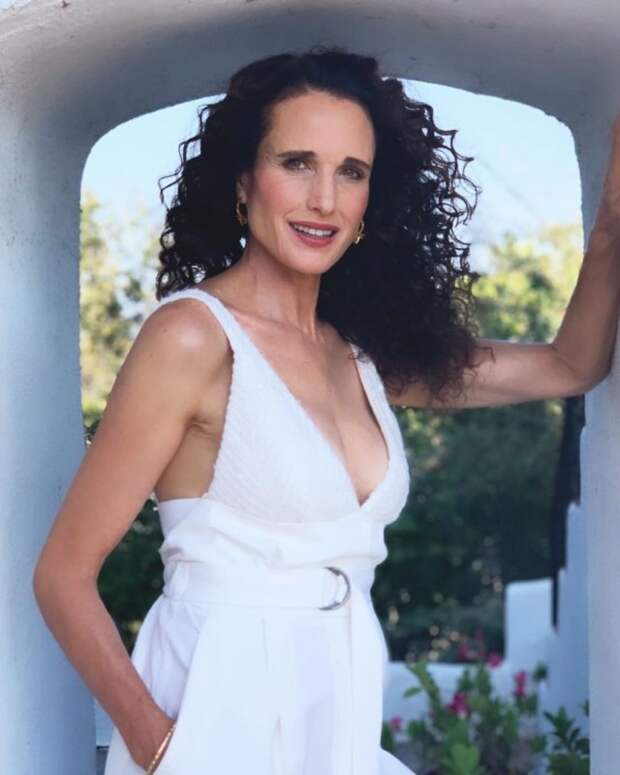 Энди МакДауэлл в белом платье