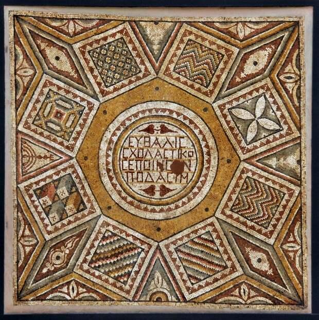 Русские надписи на мозаике в Сирии, созданные за 300-400 лет до рождения Кирилла и Мефодия.