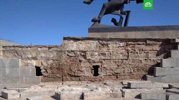 В Великом Новгороде обрушилась часть монумента Победы