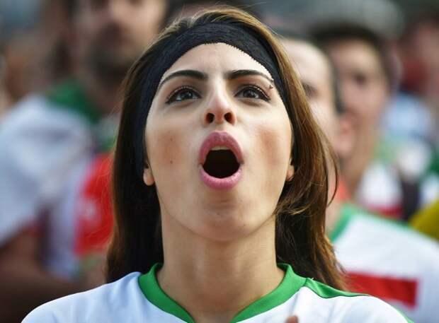 Иранская болельщица оголилась на стадионе (ФОТО)