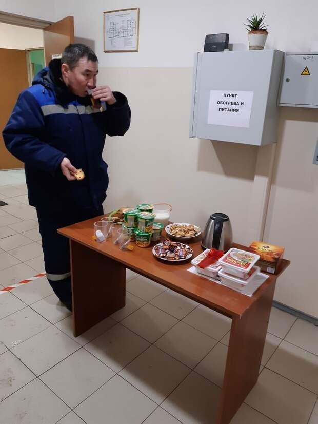 Для коммунальщиков Отрадного установили полевую кухню и семь пунктов обогрева