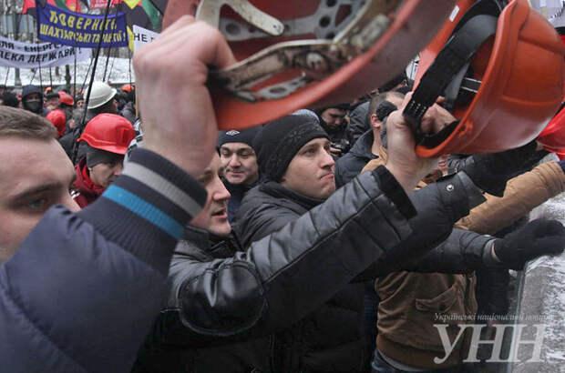 Яценюк спрятался в кабинете от митингующих против нового бюджета шахтеров