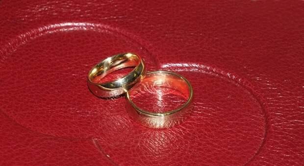 Свадебные наряды не стареют: внучка Елизаветы II вышла замуж в наряде бабушки, и была хороша