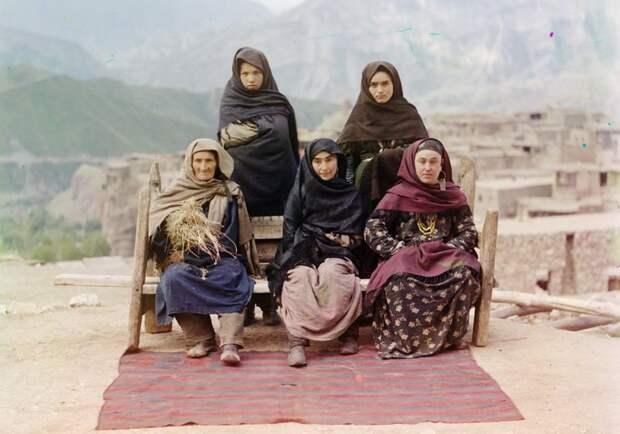 Группа женщин в Дагестане, 1910 год. (Prokudin-Gorskii Collection/LOC) империя., путешествия, цветное фото