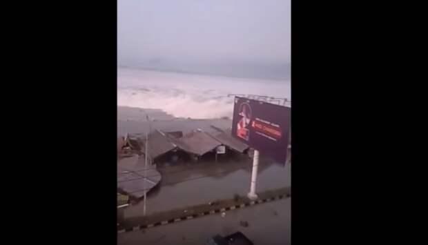 Опубликовано видео последствий мощного землетрясения в Индонезии
